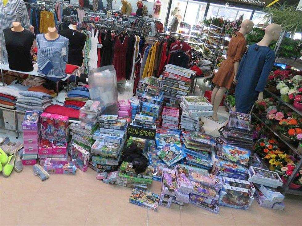 Celníci při kontrole ve Studánkách na Vyšebrodsku zabavili padělky značkových hraček, textilu a obuvi.