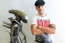 Tomáš Vitanovský využije i součástky z motorek, které by byly na vyhazov. Dělá z nich sochy. Foto: Archiv umělce