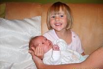 """Usměvavá tříletá Patricie na snímku je chůvičkou k nezaplacení. """"Na sestřičku jménem Klaudie Gajdošová dohlíží opravdu vzorně"""", říká šťastný tatínek Petr Gajdoš. Klaudie přišla na svět 19.7.2011 v 18.19 hodin s porodní váhou 3,22 kg, mírou 51 cm."""
