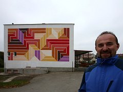 Chrášťanskou knihovnu nově zdobí malba Jakuba Uksy. Podle starosty Josefa Vomáčky (na snímku) se malba místním líbí.