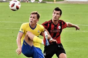 FC Písek v Mol Cupu hostí ve středu prvoligové Teplice (na snímku z utkání III. ligy s Domažlicemi Tom Ulbrich odkopává před domažlickým Janem Matasem).