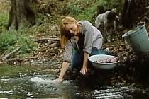 Zřejmě v potoce Spůlka pere prádlo hlavní hrdinka. Ve filmu ji vyplaší pes (běží za ní) a ona spadne do chladné vody.