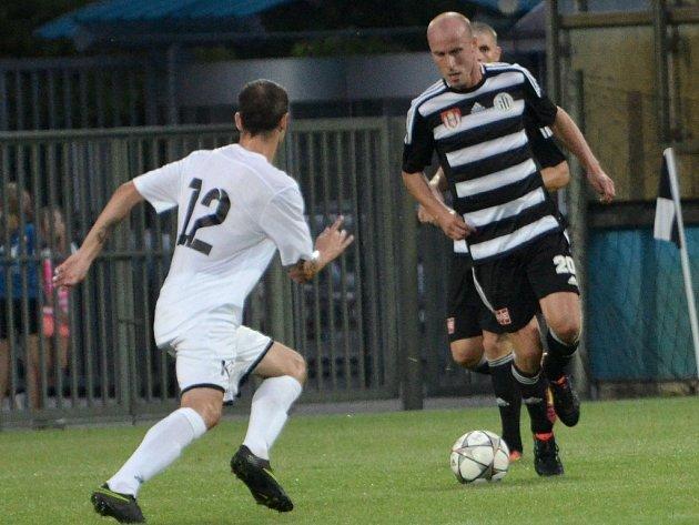 Ivo Táborský v zápase Dynama s Ústím obchází Miskoviče. V sobotu hraje Dynamo v televizním šlágru v Olomouci.