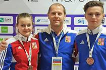 BRONZ. Češi vybojovali historickou medaili. Zleva Nikola Foistová, trenér Jan  Videcký a Tomáš Nepejchal.
