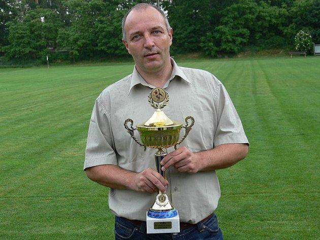 Předseda Jč. KFS Milan Haškovec s pohárem (na archivním snímku). Získají jej buď Bavorovice, nebo Rudolfov.