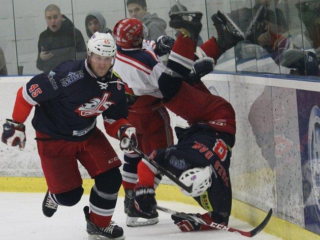 David servis bojuje v kvalifikaci o druhou ligu. Vlevo kapitán týmu Rudolf Suchánek, nohama vzhůru Daniel Mikeš.