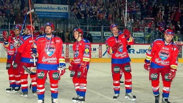 Takhle se hokejisté HC Mountfield loučili s vyprodanou Budvar arénou po sedmém prohraném semifinále extraligy s Karlovými Vary a s bronzovými medailemi na krku mířili do kabiny.