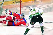Největší opora HC Mountfield brankář Roman Turek likviduje obrovskou šanci karlovarského Kumstáta. Úvodní dva semifinálové duely na domácím ledě českobudějovičtí hokejisté vyhráli.