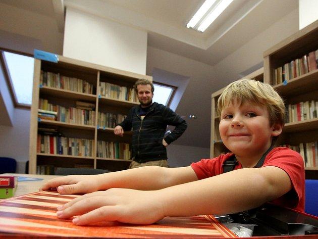 Strážkovická knihovna dostala v roce 2013 nové zázemí v obecním multifunkčním domě.