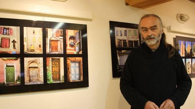 Skrytá zákoutí lidských obydlí i krásy přírody představuje výstava snímků Milana Koželuha Jiná Francie.