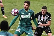 Na podzim Dynamo hrálo doma s Karvinou 1:1 (Benjamin Čolič atakuje karvinského Michala Papadopoluse), jak dopadne sobotní odveta v Karviné?