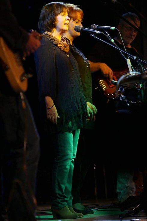 Pocta skupině Minnesengři, kteří vznikli před 45 lety, se odehrála 14. listopadu 2013 v českobudějovickém DK Metropol. Na snímku zpěvačky Lída Pouzarová a Jana Vejvarová (zleva).