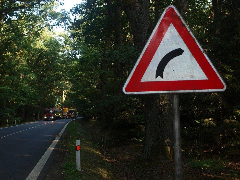 Řidič tatry se zranil při nehodě, která se stala v pondělí odpoledne na hlavním tahu z Třeboně směrem na Halámky. U Majdaleny řidič vozidla, které převáželo 15 tun štěrku, z neznámých příčin sjel asi v šedesátikilometrové rychlosti ze silnice do lesa.