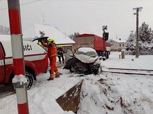 Střet osobního auta s vlakem na přejezdu v Kamenném Újezdu