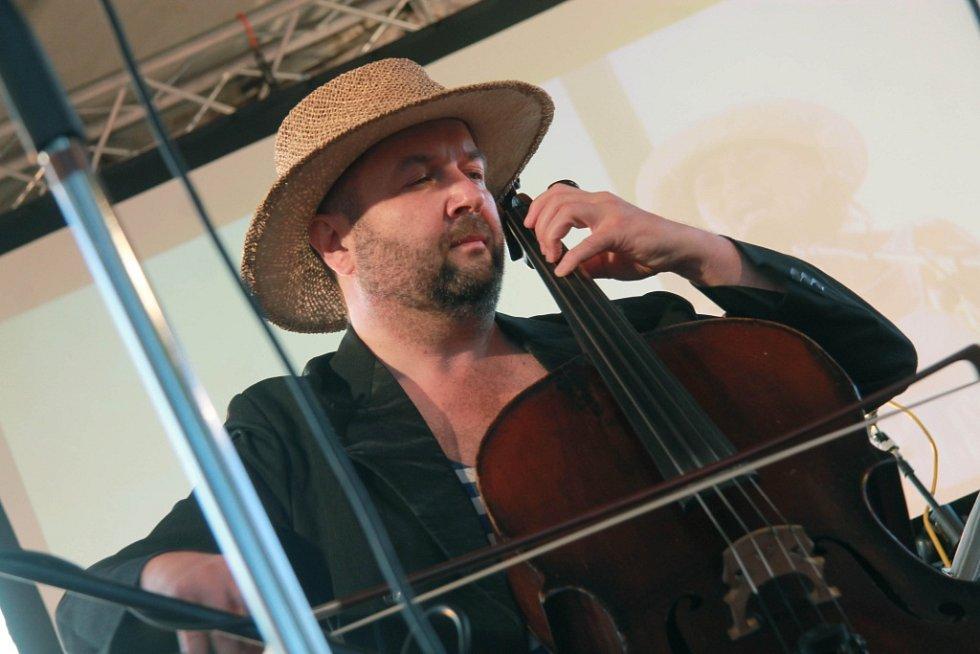 Jako host si s Nezmary zahrál violoncellista Pavel Barnáš, pořadatel koncertu a ředitel festivalu Okolo Třeboně.
