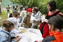 Úkoly na stanovištích Pohádkového lesa v Rudolfově plní každoročně 1200 malých účastníků.