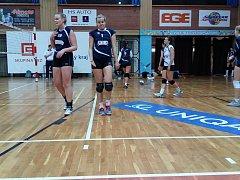 NEZAHRAJÍ SI. První ligu vyhrály, ale do extraligy se nepodívají. Vlevo Veronika Švejdová a Sandra Kotlabová.