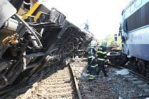 Vykolejený vagon se srazil s lokomotivou stojící v protisměru. Zranilo se patnáct osob, z toho tři těžce.