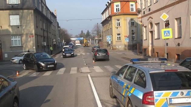 Na přechodu v Mánesově ulici srazil v pondělí ráno řidič 32letou ženu i její šestiletou dceru.