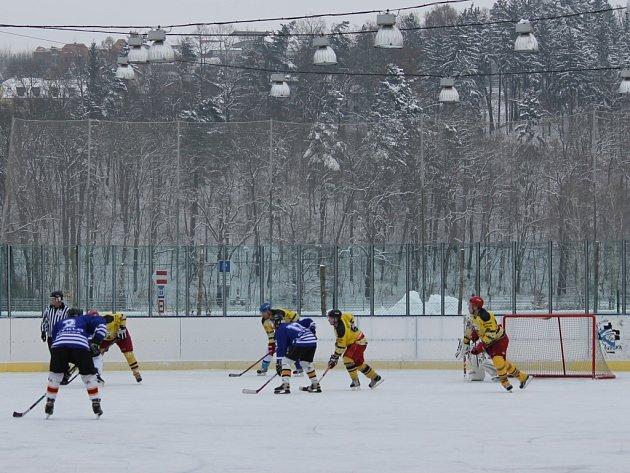 Hokej v podzámčí přebírá vládu nad fotbalem.
