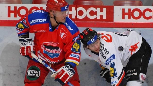 Milan Toman (vlevo) v souboji se svým kamarádem v dresu Znojma Martinem Eratem.
