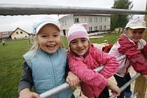 Nové hřiště si mohou od pondělí užívat malí žáčci Mateřské školy v Dubném u Českých Budějovic.