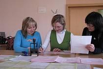 Pracovnice finančních úřadů radí zájemcům, jak vyplnit daňové přiznání.