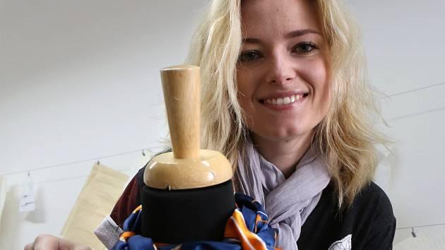 Šátek je možné proměnit v dokonalý šperk, říká módní návrhářka Monika Zahradníková.