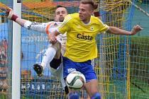 Píseckého Němce v zápase III. ligy Písek - Kolín atakuje hostující Vízek. O víkendu fotbalové soutěže na jihu Čech pokračují.
