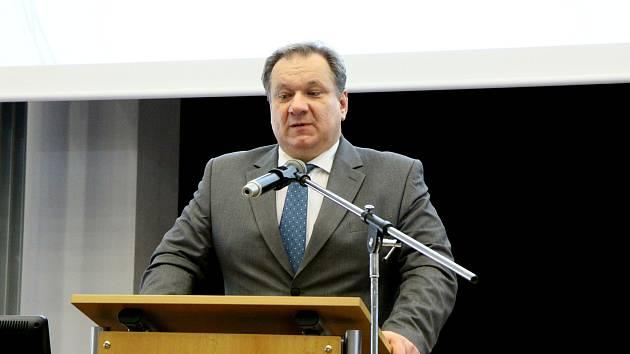 Jediný kandidát na rektora Jihočeské univerzity Bohumil Jiroušek při představení své vize v aule pedagogické fakulty před širší akademickou obcí.