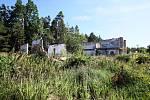 ZCHÁTRALÝ vojenský areál v Mokrém. Pokud by byl shledán vhodným pro ženské vězení, na pracovní příležitosti by místní čekali několik let. Práce na projektu a povolovací řízení si vyžádají asi tři roky, výstavba dalších pět.