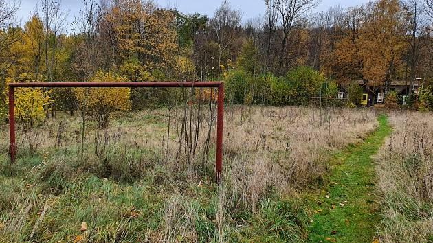 Zarostlé fotbalové hřiště v Klení