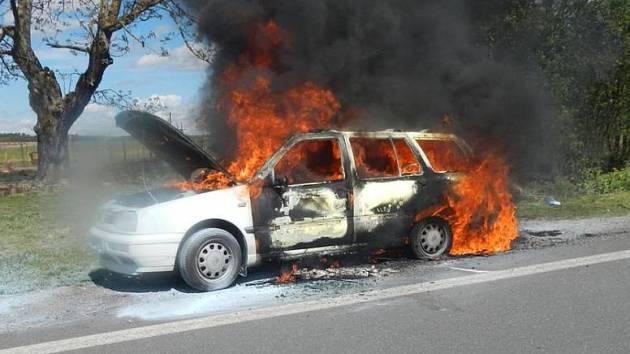 Požár Golfu vezoucího děti na Táborsku.