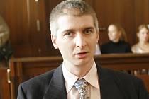 Martin Šíma zavraždil svého známého Radka Langmanna. Při vyšetřování odmítl vypovídat a u soudu svou vinu vytrvale popíral. Krajský soud jej přesto poslal do vězení na 14 let.