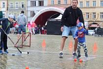 Náměstí se hýbe 2019. Stánky s hokejem, volejbalem či bojovými sporty si své příznivce našly i přes horší počasí.
