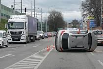 Dvě nehody v Nádražní ulici v Českých Budějovicích v pátek dopoledne zablokovaly dopravu ve městě.