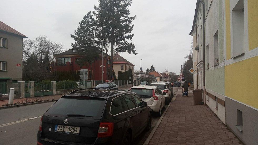 Parkovací zóny by se měly od podzimu 2021 rozšířit i do ulice Boženy Němcové (na snímku).