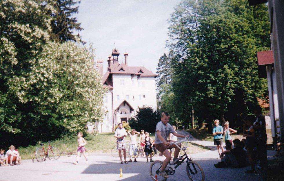 Děti hrající si před zámečkem, foceno v 90. letech.