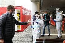 Pendleři v neděli absolvovali testy na covid v českobudějovické nemocnici.