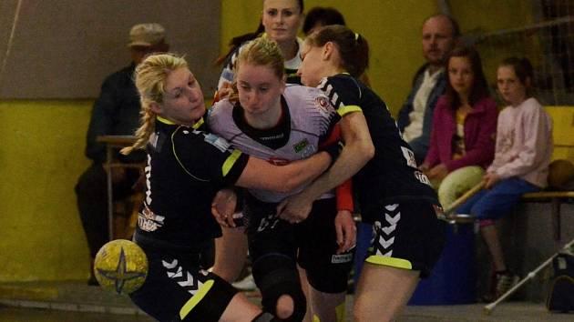 Veronika Malá (uprostřed) v zápase proti Olomouci