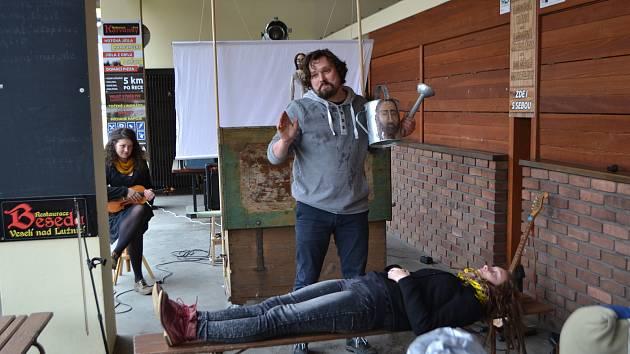 Herci Divadla kejklíře Slávka Vjačeslav Nečunajev a Ludmila Cinková se nebáli zapojit do svého vystoupení také diváky.
