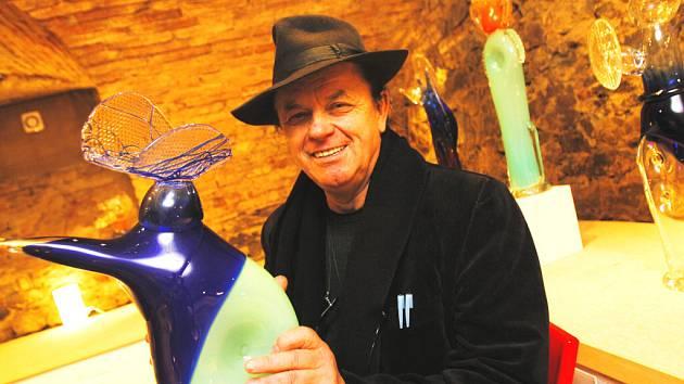 V Glass Arts galerii vystavuje sklářský výtvarník Jiří Šuhájek.
