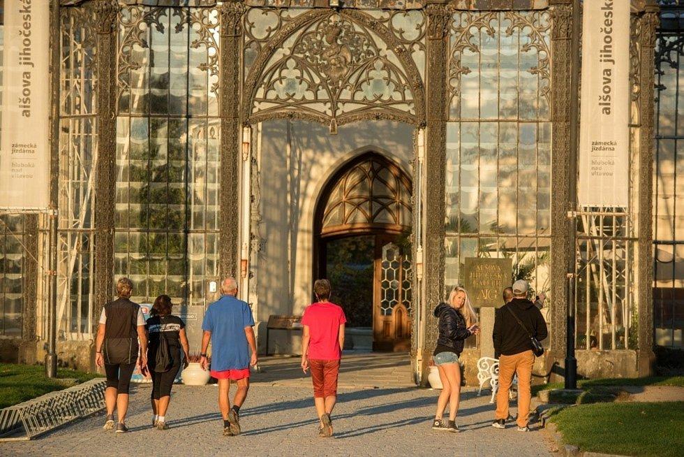 Alšova jihočeská galerie, vchod do expozice u zámku Hluboká. Galerie je velkou turistickou atrakcí.