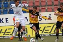 Ondřej Herzán v zápase Dynama na Slovácku atakuje domácího střelce Libora Doška.