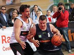 Basketbalovou show v centru Českých Budějovic si nenechal v minulosti ujít například bývalý reprezentant Lukáš Kraus (vlevo).