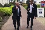 Nově zvolený ředitel ostravské nemocnice Evžen Machytka (na snímku vpravo) při návštěvě českobudějovické nemocnice. Tady se potkal s předsedou představenstva Nemocnice České Budějovice Břetislavem Shonem (na snímku vlevo).