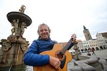 Tonda Hlaváč zpěvák a kytarista folkové kapely Nezmaři se po úraze vrací ke hraní.