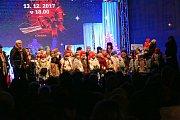Náměstí Přemysla Otakara II. zaplnili zpěváci, kteří si přišli zazpívat koledy s Deníkem.