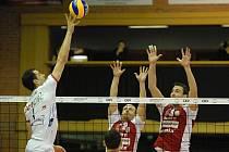 Volejbalisté českobudějovického Jihostroje prohráli s Trentinem 1:3. Smečař Kazijsky  útočí proti dvojbloku Sládeček - Sukuba (zleva)