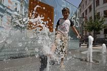 V parných dnech nacházejí někteří lidé osvěžení na fontáně, která se nachází v nejrušnější českobudějovické pěší zóně - na Lannově třídě.